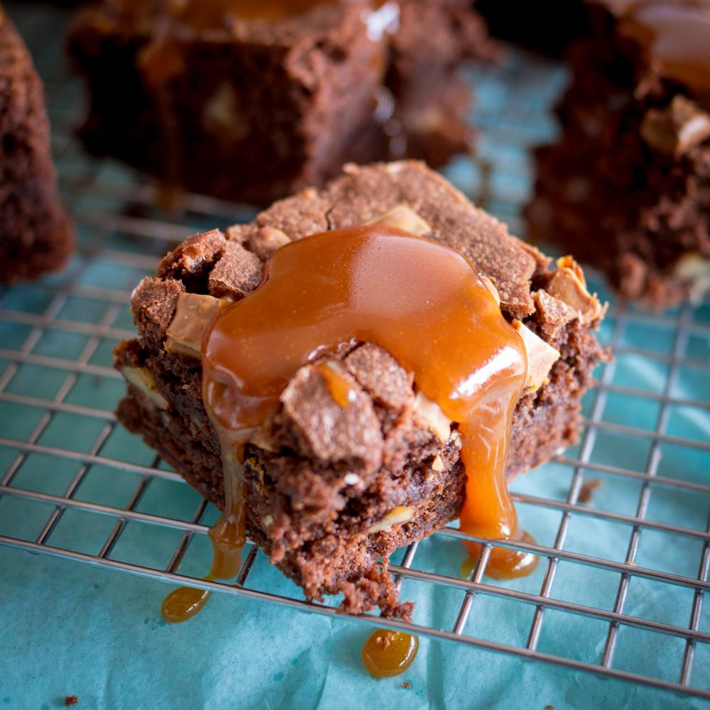 walnuss-brownies-mit-karamellsauce-6